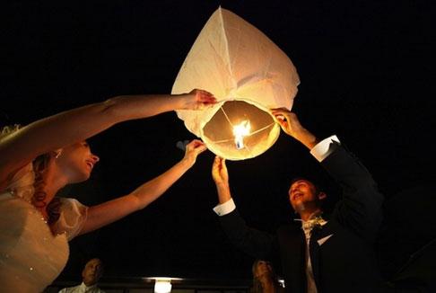 Lanterne volanti per un tocco di romanticismo al ricevimento